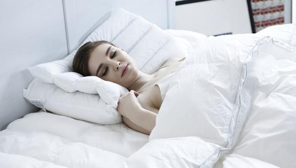 El sencillo truco viral de un doctor para dormir plácidamente y no sufrir insomnio. (Foto: @dr.karanr / TikTok)