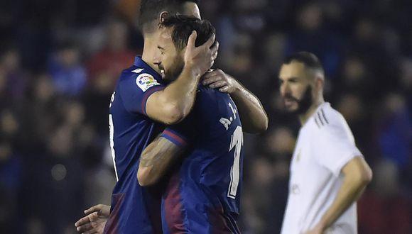 Levante celebra el triunfo, mientras que Karim Benzema, de Real Madrid, lamenta la derrota en el estadio Ciudad de Valencia.   Foto: AFP