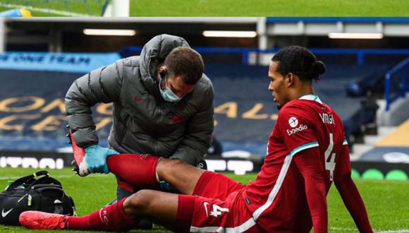 Van Dijk se lesionó en el partido ante Everton en Goodison Park. (AFP)
