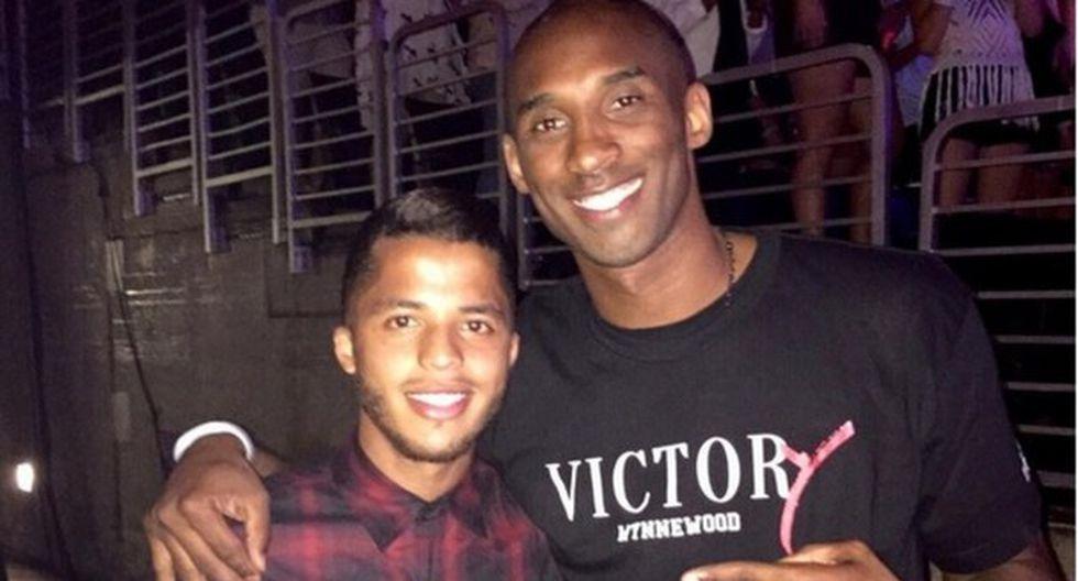 Kobe Bryant con Giovani Dos Santos. (Twitter)