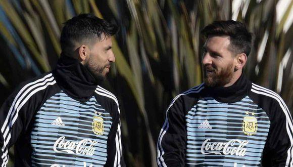Lionel Messi hizo una broma a Sergio Agüero en la habitación de la concentración. (Foto: AFP)
