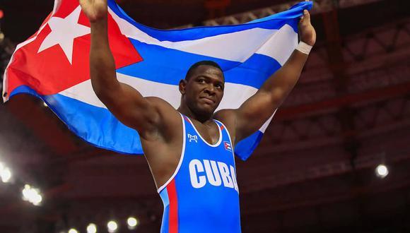 Luchador cubano Mijaín López felicitó a la peruana Thalía Mallqui, por ganar la medalla de bronce.