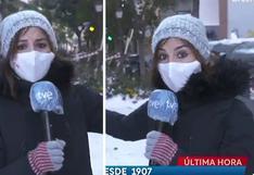 El momento en que un bloque de hielo se desprende de una fachada y sorprende a una reportera que estaba en un enlace en vivo