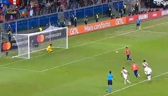 Pedro Gallese atajó penal luego de que Eduardo Vargas 'picara' el balón. (Foto: Captura)