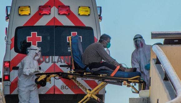 Paramédicos transportan a un hombre con coronavirus para ser atendido en un hospital en la ciudad de Tijuana en el estado de Baja California (México). (Foto: EFE / Joebeth Terriquez)