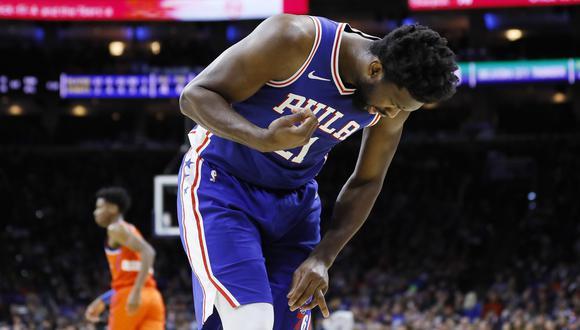 Joel Embiid sufrió una terrible lesión en su mano izquierda | Foto: AP