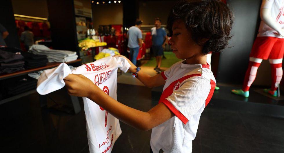 La camiseta de Paolo Guerrero es una de las más vendidas en la tienda de Inter de Porto Alegre. (Fotos: Daniel Apuy)