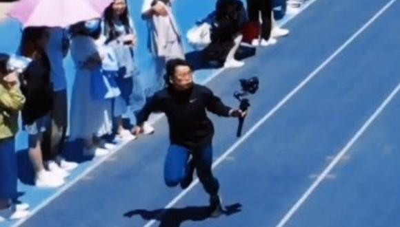 Un video viral muestra cómo un estudiante universitario que fungía de camarógrafo terminó superando sin querer a los atletas que competían en una carrera. | Crédito: South China Morning Post / YouTube