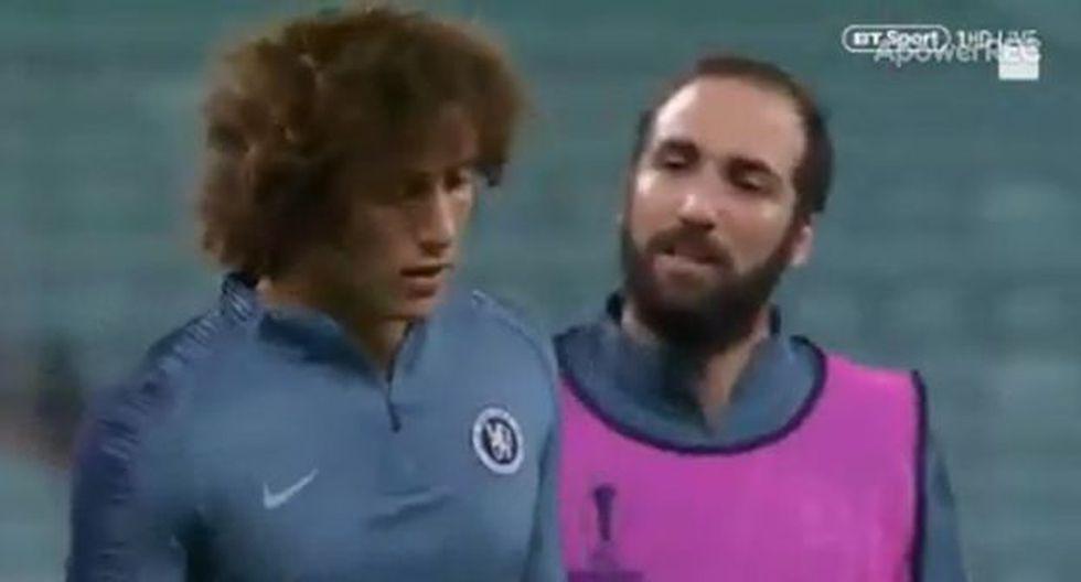 Así fue la acción entre Gonzalo Higuaín y David Luiz antes del Arsenal vs. Chelsea. (UEFA)
