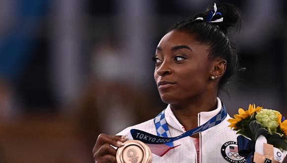 USA's Simone Biles poses with her bronze medal during the podium ceremony of the artistic gymnastics women's balance beam of the Tokyo 2020 Olympic Games at Ariake Gymnastics Centre in Tokyo on August 3, 2021. (Photo by Lionel BONAVENTURE / AFP)