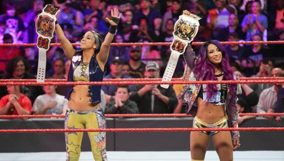 Sasha Banks y Bayley celebraron su triunfo con sus títulos en el último Monday Night Raw. (WWE)