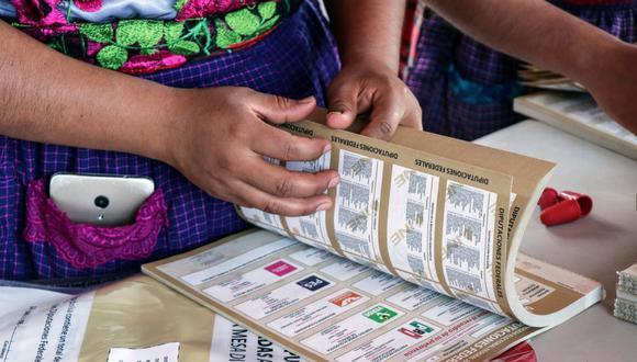 Una mujer indígena zapoteca, que es seleccionada como funcionaria de mesa de votación por el Instituto Nacional Electoral, cuenta las boletas en la aldea rural de San Bartolomé, Quialana, en el estado de Oaxaca, 31 de mayo de 2021. (Foto: Reuters / Jorge Luis Plata)