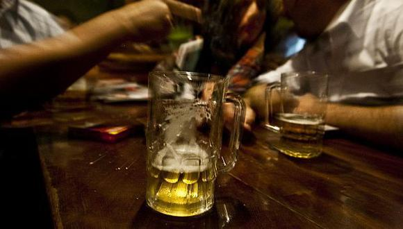 En el Perú se consume 1.8 litros de alcohol ilegal por persona