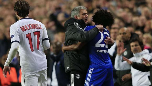 Jose Mourinho y el brasileño Willian coincidieron en el Chelsea entre el 2013 y 2015. (AFP)