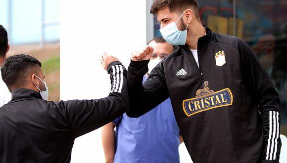 El nuevo saludo entre los jugadores de Cristal. (Twitter)
