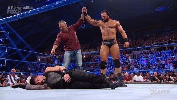 Roman Reigns derrotó a Elias, pero después Shane McMahon y Drew McIntyre lo atacaron. (WWE)