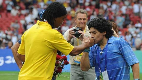Diego Maradona espera que Ronaldinho lo visite antes que viaje Barcelona