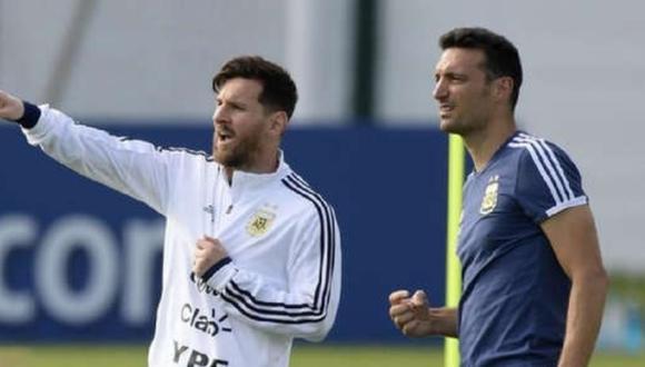 El entrenador Scaloni junto a Lionel Messi. (Foto: AFP)