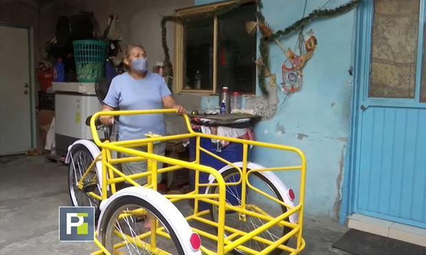 Luego que el video se hiciese viral en Facebook, personas le donaron un nuevo carrito para vender elotes.  (Foto: Captura / Univisión)
