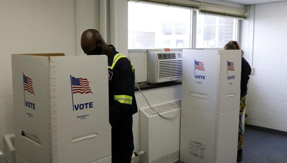 La gente emitió su voto en ausencia en la Unidad de Elecciones del Secretario de la ciudad de Lansing el 2 de noviembre de 2020 en Lansing, Michigan (Foto de Jeff Kowalsky / AFP)