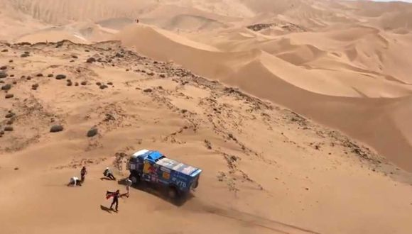 Terrible momento se vivió en la quinta etapa del rally Dakar. (Captura y video: Facebook)