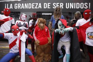 Con Chewbacca y Alf: Pintorescos personajes llegaron al hotel de la selección peruana