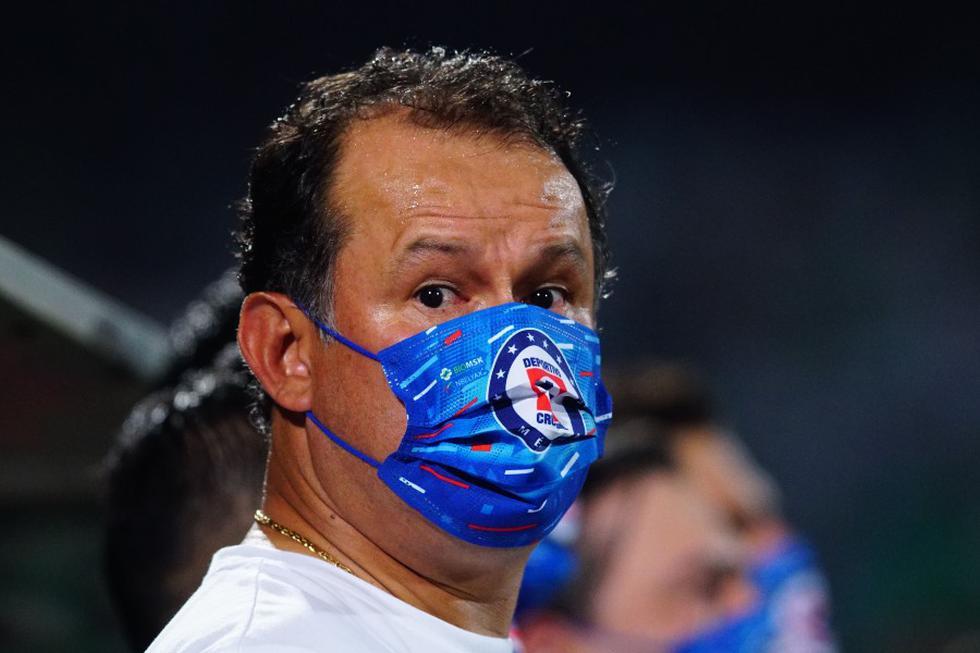 Juan Reynoso podría coronarse campeó como DT de Cruz Azul como ya hizo en su etapa de jugador.