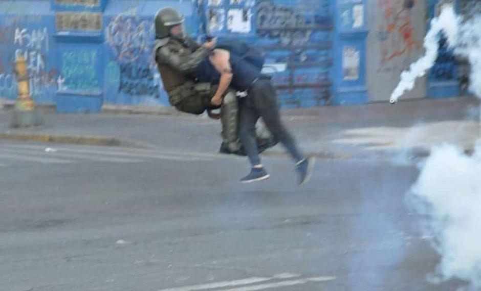 Manifestante chileno le aplicó una lanza a un policía. (Foto: Lefraru)