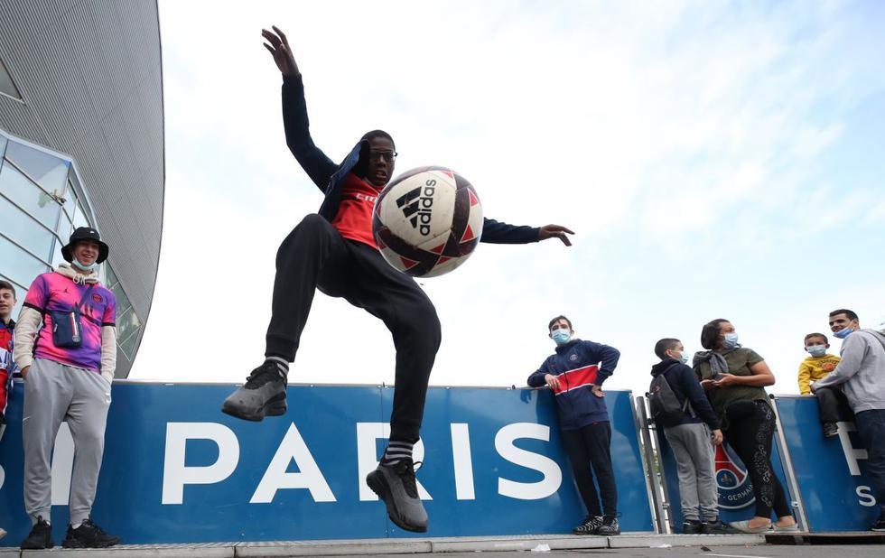 Fans del PSG esperan la llegada de Lionel Messi a París. (Foto: Agencias)