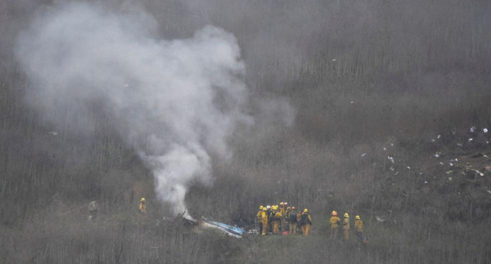 Bomberos en la escena del accidente en donde murió Kobe Bryant. (Foto: Agencias)
