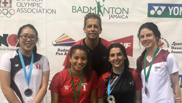 Danica, Fernanda, Daniela e Inés junto al entrenador español Francisco Álvarez. (Foto: Bádminton Perú)