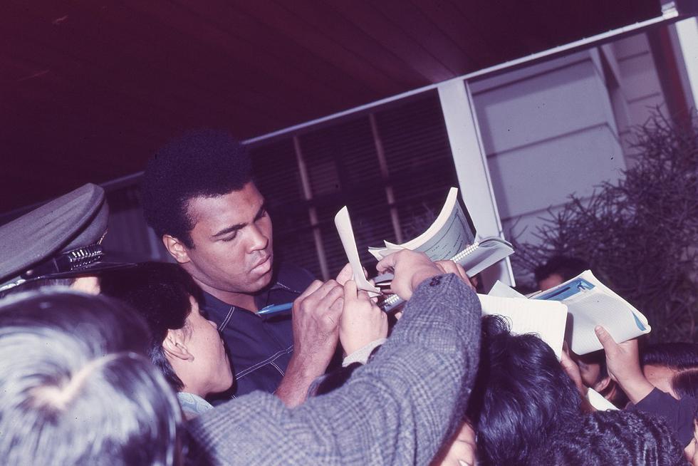 Muhammad Ali firmando autógrafos a los aficionados peruanos. (Foto: GEC Archivo Histórico)