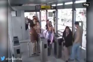 Mira la reacción de un hombre al cruzarse con mujer en estación de bus