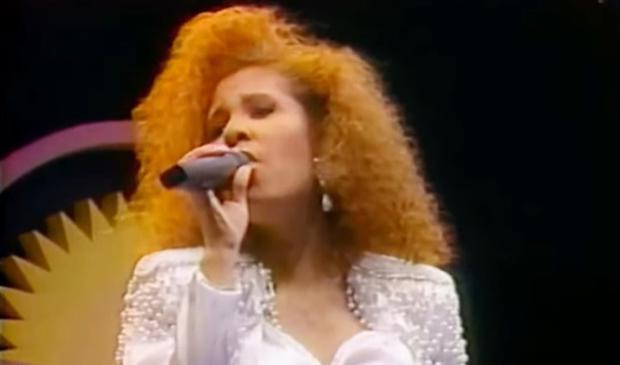 Selena Quintanilla con capelli biondi e ricci nel 1989 (Foto: Texas Talent Musicians Association (TTMA))