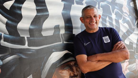 Carlos Aparicio, entrenador del equipo femenino de Alianza Lima