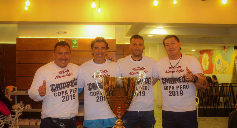 Carlos Stein celebró con otra copa su ascenso a la Liga 1