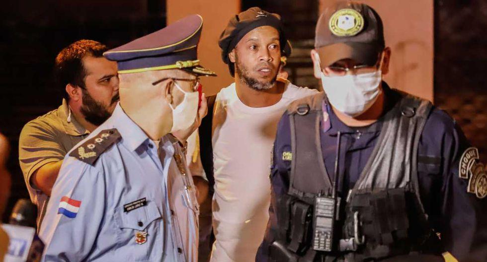 Ronaldinho fue custodiado por las autoridades. (Foto: EFE)
