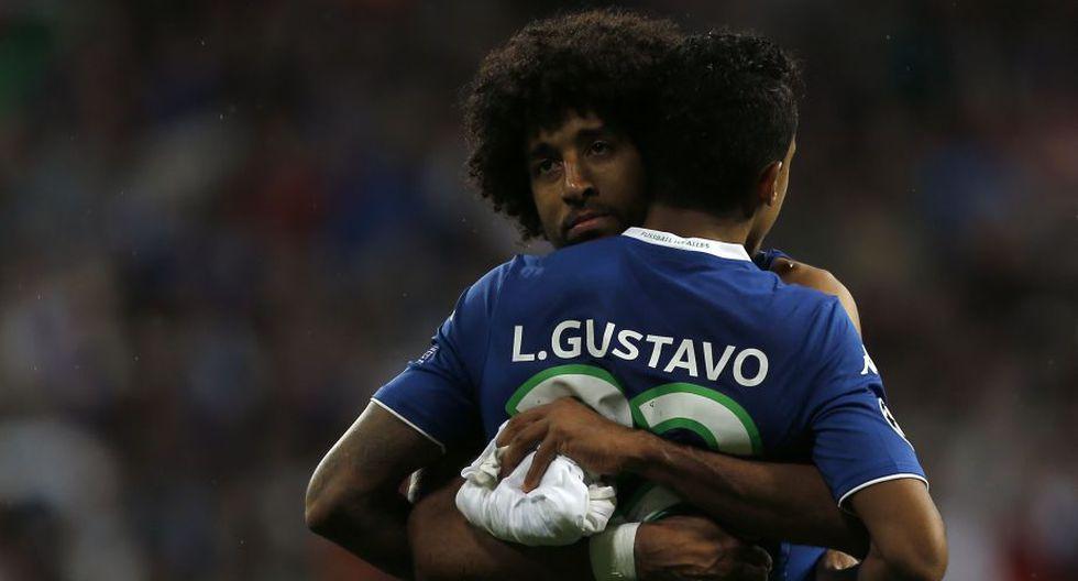 Diego Benaglio consuela a Luiz Gustavo tras el pitazo final. (Fotos: AP / Reuters)