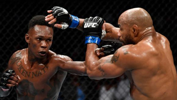 Israel Adesanya peleando contra Yoel Romero en el T-Mobile Arena de Las Vegas, en donde se desarrolló el UFC 248. (Foto: Getty Images)