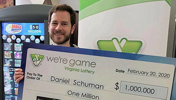 Foto viral: hombre se gana un millón de dólares en la lotería con el boleto que le regaló su esposa.