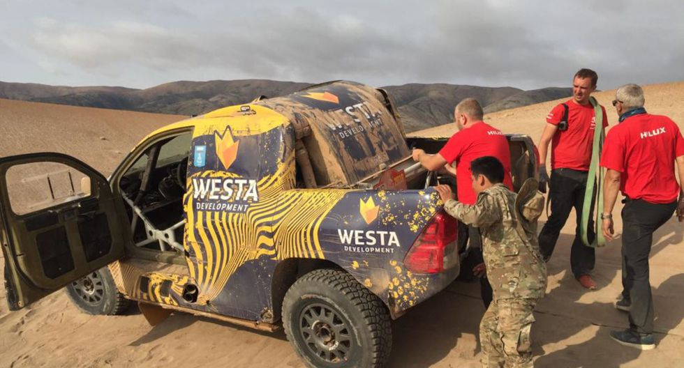 Camioneta Hilux competidora del Dakar Rally 2019 fue rescatada por personal de la Fuerza Aérea del Perú (Foto: FAP)