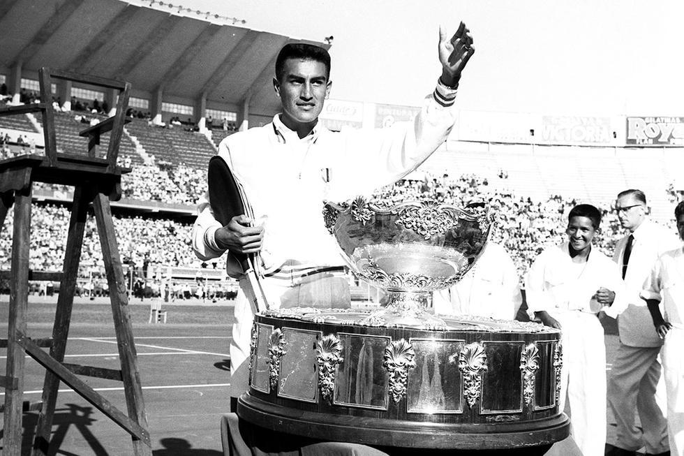 El 3 de julio de 1959, el tenista peruano Alejandro Olmedo, se convirtió en el primer sudamericano en ganar el torneo de tenis más importante del mundo. Con 23 años, se impuso al australiano Rod Laver derrotándolo por 3 a 1, con parciales 6-1, 6-2, 3-6 y 6-3. Olmedo nacionalizado estadounidense, vivió en Arequipa durante su niñez, su padre fue entrenador del Club Internacional, lo cual permitió su relación con el tenis desde muy joven. En 1954 llegó a Estados Unidos y jugó campeonatos nacionales de tenis en 1956 y 1958. Luego fue invitado al equipo estadounidense para jugar la Copa Davis, donde les dio la victoria, al ganar al australiano Ashley Cooper, 6-3 6-4 y 8-6.