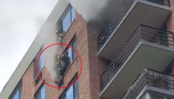 El bombero llegó rápidamente a la mujer y evitó que ella cayera desde el piso 16 de un edificio. (Foto: fdny / Instagram)