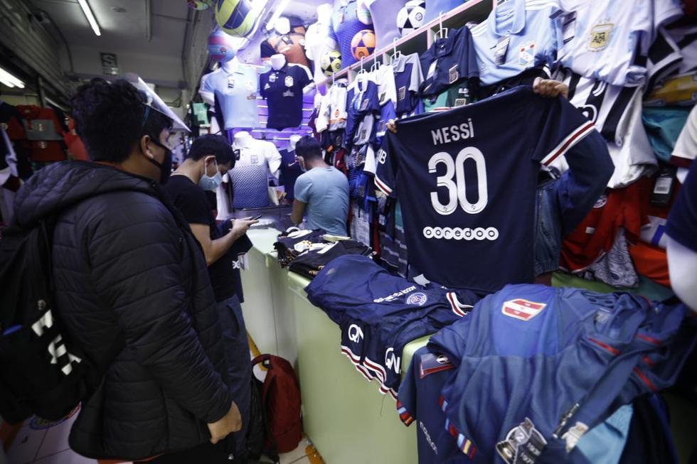 Comerciantes de Gamarra ya venden la camiseta de Lionel Messi en el PSG. (Foto: Joel Alonzo/@photo.gec)