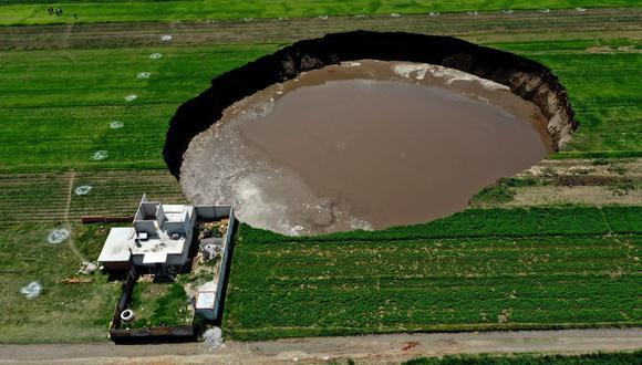 Vista aérea del socavón en un campo de cultivo en Santa María Zacatepec, estado de Puebla, México, el 1 de junio de 2021. (JOSÉ CASTAÑARES / AFP).