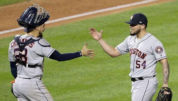 Robinson Chirinos y Roberto Osuna celebrando la victoria de los Houston Astros. (Foto: Getty Images)