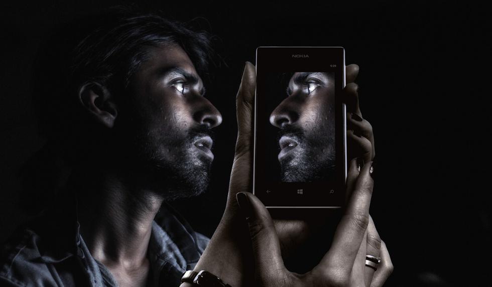 La ciencia te explica cómo es que las palabras se ven al revés reflejadas en los espejos. (Foto: Pixabay/Referencial)