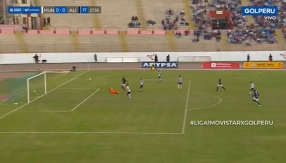 Balboa intentó 'picarla' y falló de manera increíble el primer gol para Alianza Lima ante Municipal. (Captura)