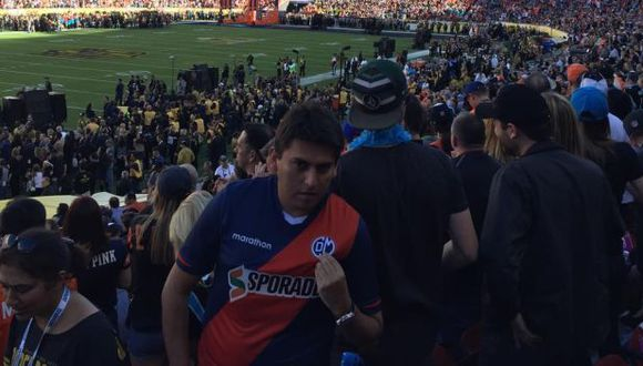 Este hincha de Deportivo Municipal asistió a la final entre Broncos y Denver. (Facebook)