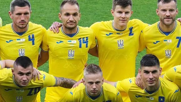 Los jugadores de Ucrania, con la polémica camiseta. (Foto: EFE)